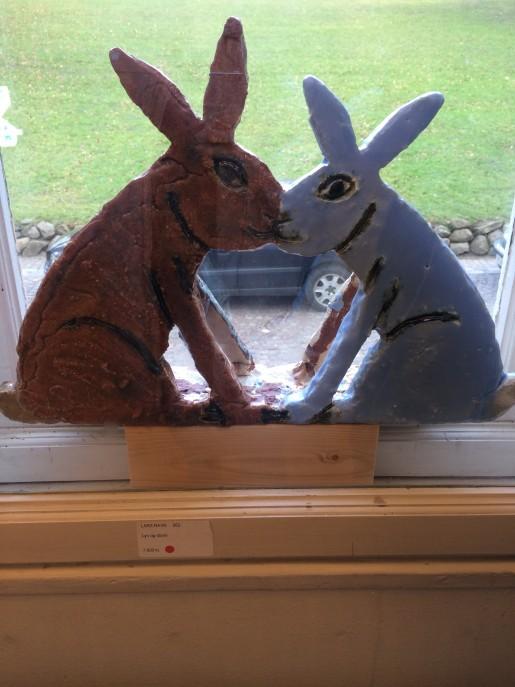 Et par af Lars Ravns kaniner i en vindueskarm.