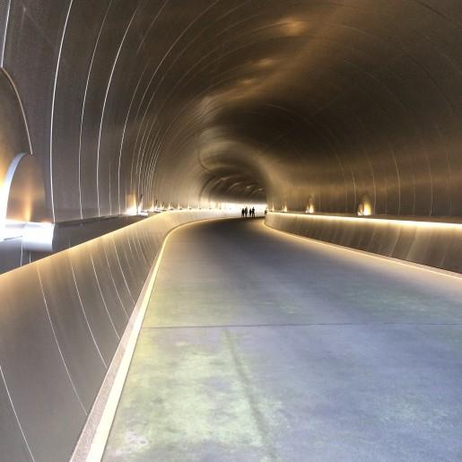 En tunnel, kun for fodgængere og museets egne små el-biler, fører fra p-plads og café op til selve museet.