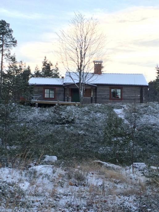 Lejet stuga ved bredden af Spjutmosjön i Dalarna.