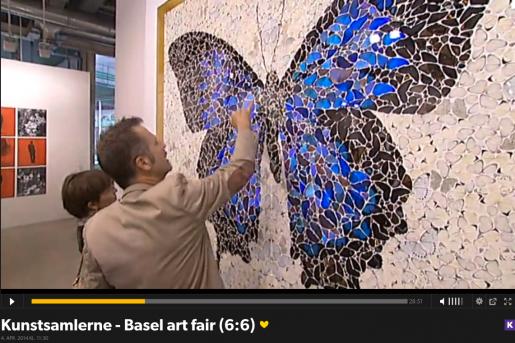 Adrian beundrer detaljerne i et værk af Damien Hirst