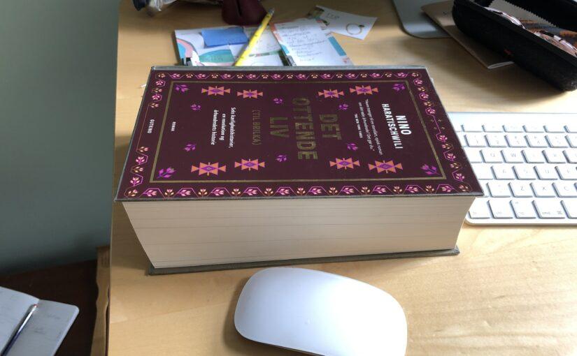 En meget tyk bog